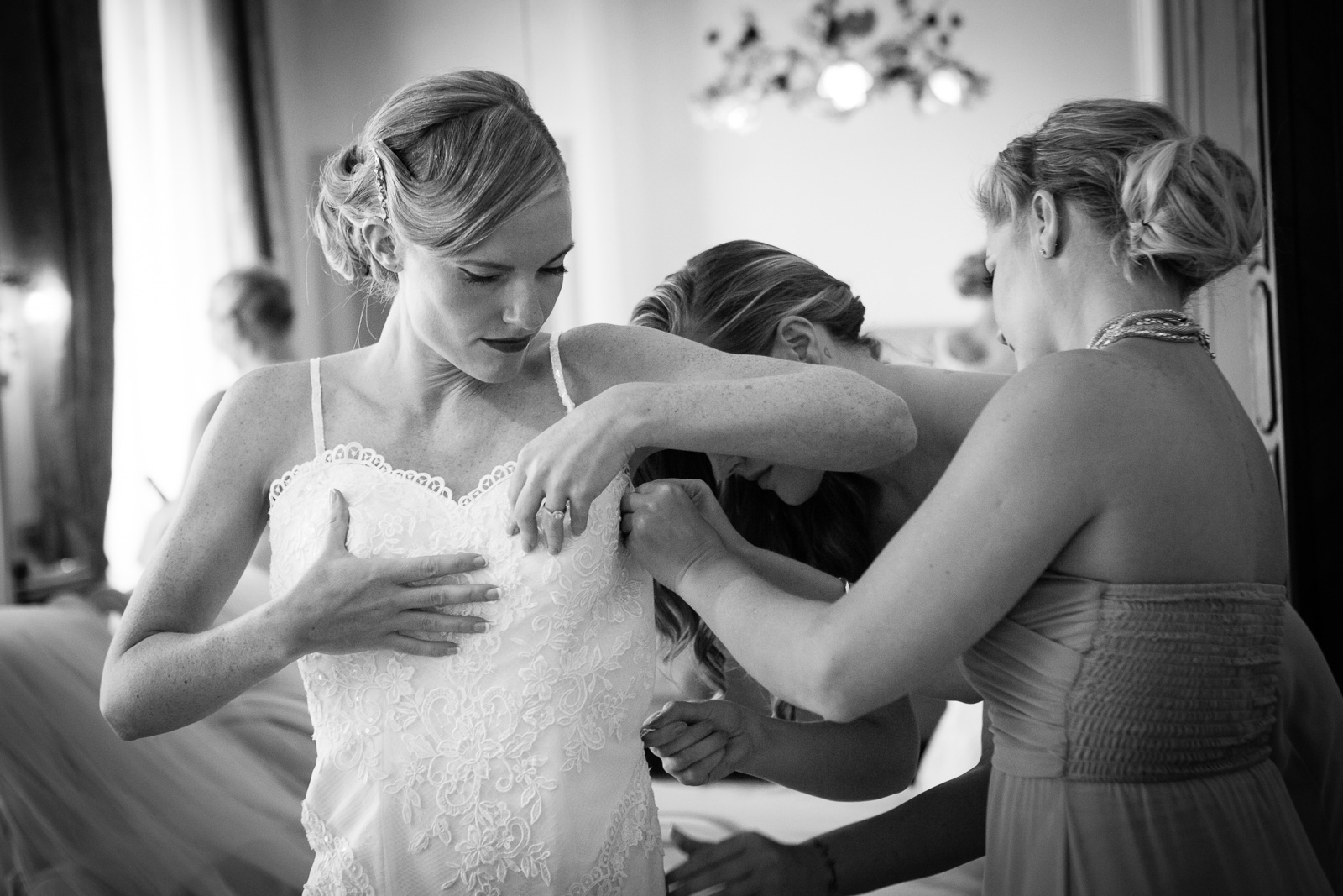wedding photographer in italy bride getting ready