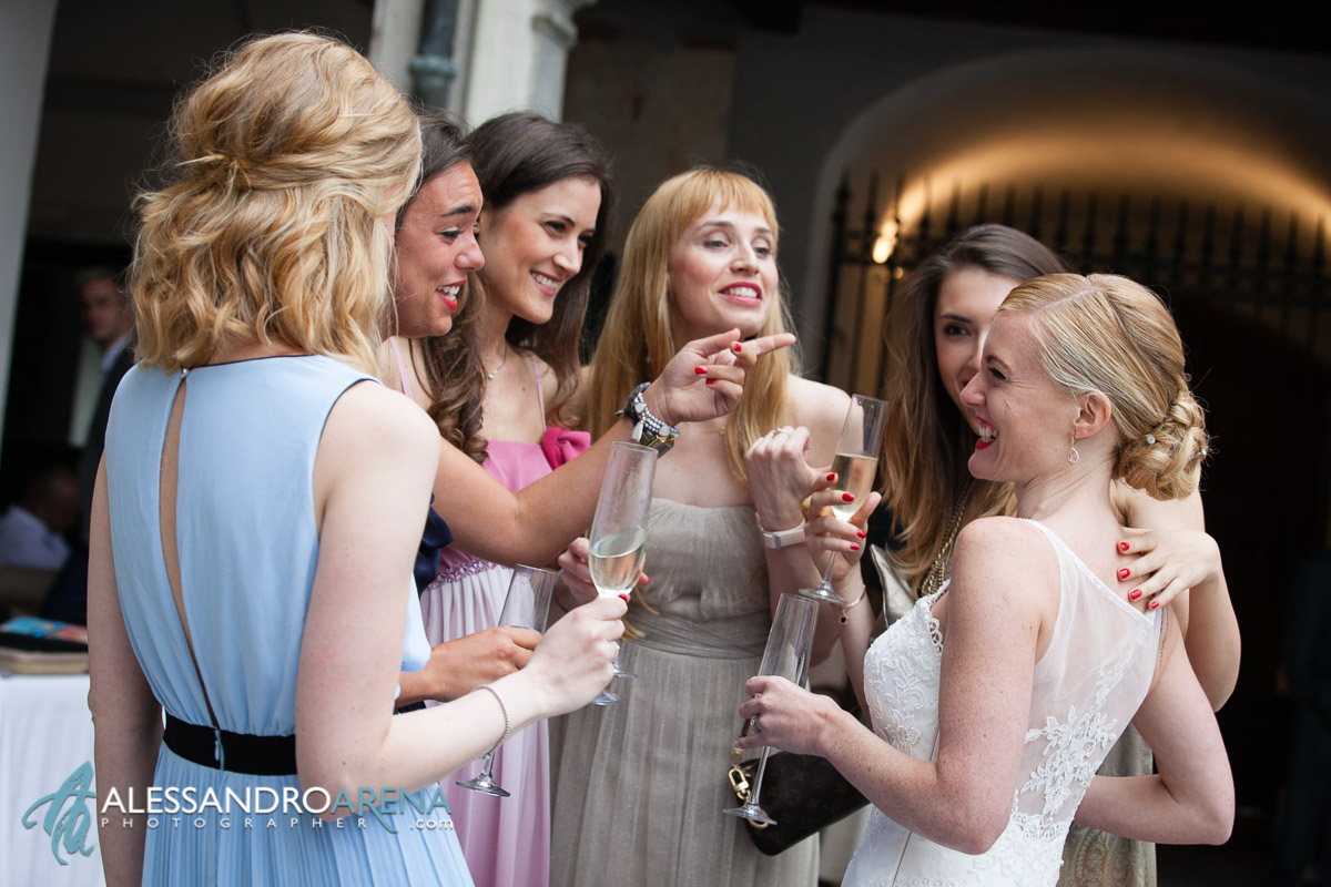 The bride is having fun with her friends - Villa Bossi - Wedding reception