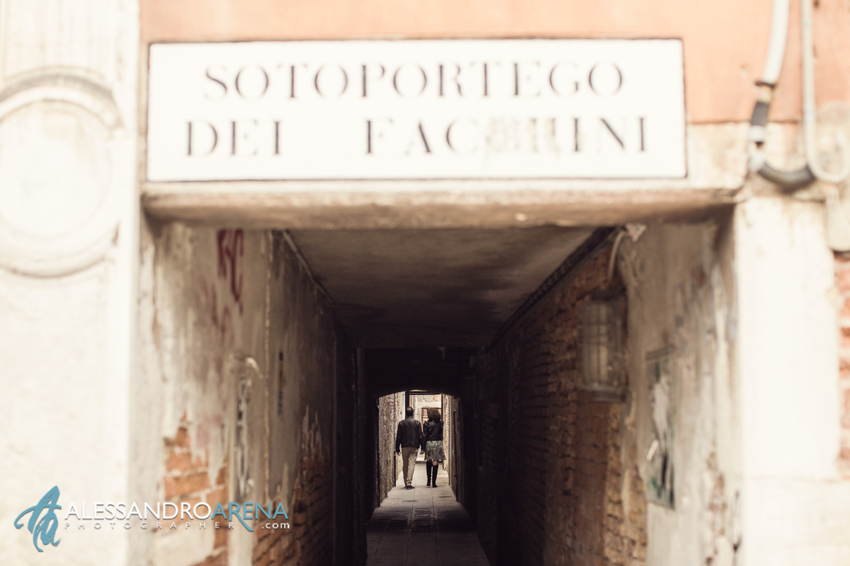 Venice Elopement session - Couple hand in hand