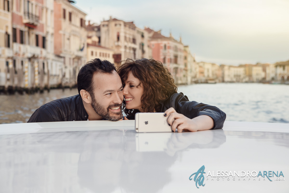 Venice wedding photographer - Selfie and Love sunset in Venice